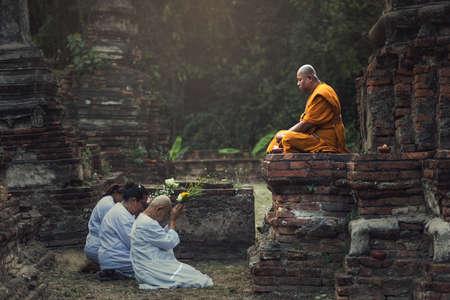 아유타야, 태국 - 2007 년 2 (22), 2016 아유타야에 스님에 대하여기도하는 사람들. 태국 사람들의 대략 95 %가 소승 불교, 태국의 공식 종교의 실