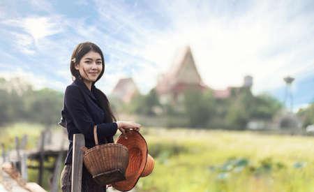 タイのローカル女性が働いて