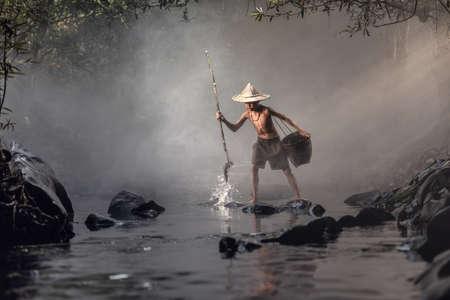 pecheur: pêche Boy dans les ruisseaux Banque d'images