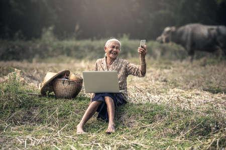 mujeres ancianas: Mujer asiática selfie