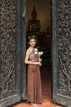 identidad cultural: La mujer asiática con un vestido típico (tradicional) de Tailandia en el templo