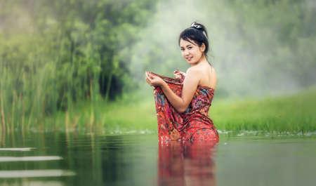 nackter junge: Thai Frau beim Baden im Fluss Lizenzfreie Bilder