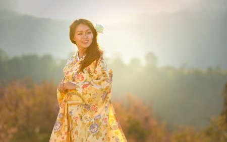 일본의 전통 기모노를 입은 매력적인 아시아 여자 스톡 콘텐츠