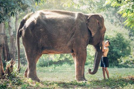 タイの田舎での象と子供たちの間の友情 写真素材