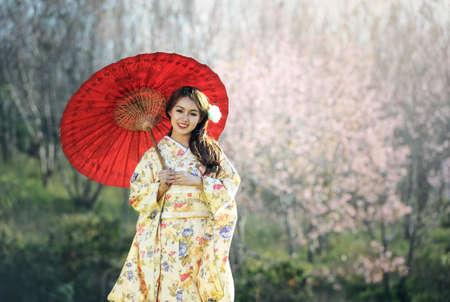 Aziatische vrouw die traditionele Japanse kimono draagt