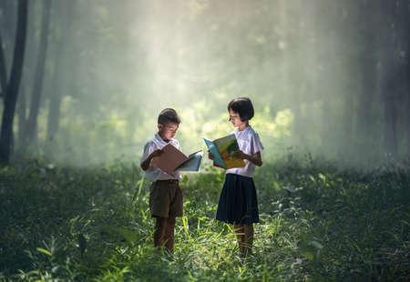 태국의 시골, 태국, 아시아의 아시아 학생들은 책을 읽습니다. 스톡 콘텐츠