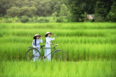 Mujer de Vietnam cultura tradicional hermosa, estilo vintage, Hoi An Vietnam Foto de archivo - 75634977