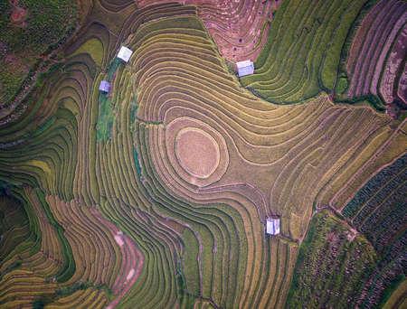 田んぼの上空からの眺めは、Mu 倉チャイ、YenBai、ベトナムの棚田。田んぼは、ノース ウエストの Vietnam.Vietnam 風景で収穫を準備します。 写真素材 - 75710492