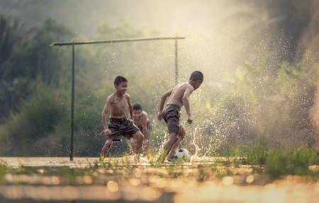 Jongen schopt een voetbal bal Stockfoto