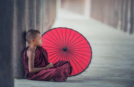 修道院、バガン、ミャンマーに座っている少しのミャンマー僧
