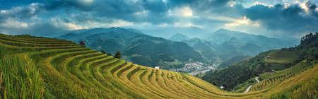 田んぼには、Mu 倉チャイ、YenBai、ベトナムの棚田。田んぼの準備北西 Vietnam.Vietnam 風景で収穫 写真素材