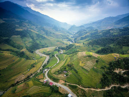 Mountain road in beautiful valley, Mu Cang Chai, YenBai, Vietnam. Rice fields prepare the harvest at Northwest Vietnam.Vietnam landscapes. Imagens