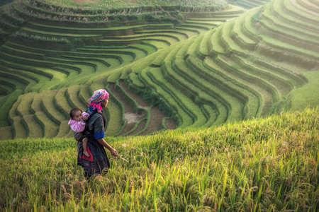 Madre e hijo Hmong, trabajando en terrazas de arroz, Mu cang chai, Vietnam Foto de archivo - 75714571