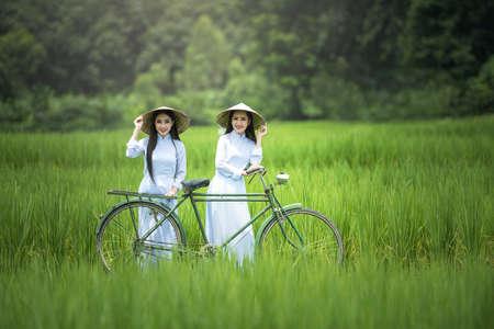 아오 다이, 베트남 전통 의상, 아오 다이 베트남 소녀의 초상화 베트남 여성 유명 전통적인 의상입니다.