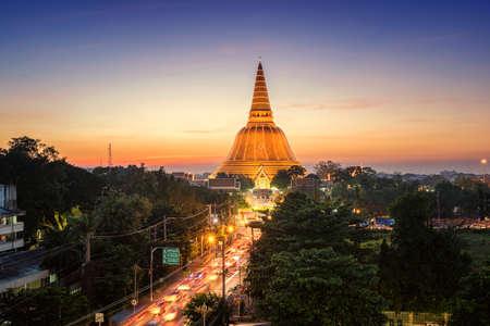ナコーンパトム県、アジア、タイの黄金の仏塔プラパトムチェディ サンセット 写真素材