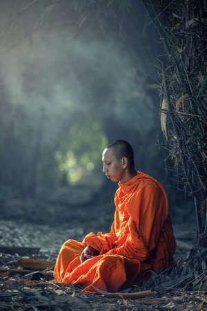 屋外でモンク ヴィパッサナー瞑想 写真素材