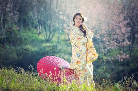 伝統的な日本の着物を着ているアジア系の女性 写真素材