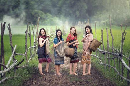 美しいタイ ローカル幸せな働く女性屋外、タイ