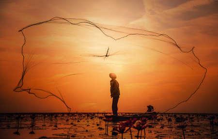 Aziatische Visser op boot vissen bij het meer