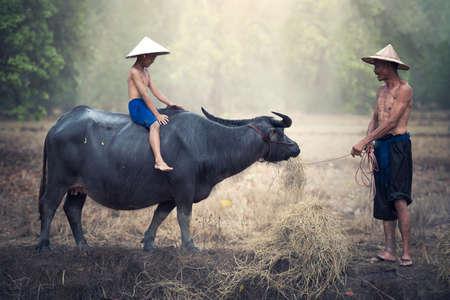 アジアの農民家族父と息子