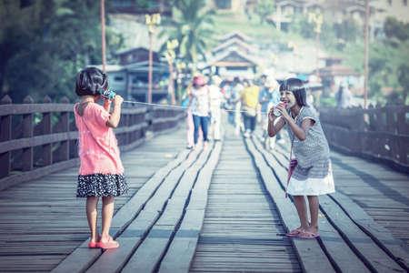 Chicas asiáticas hablando por teléfono