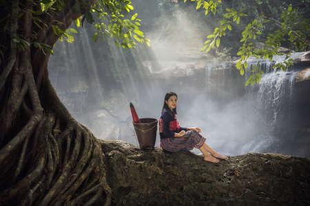 Portrait de belle femme rurale porter une robe thaïlandaise. Belle femme thaïlandaise, culture thaïlandaise