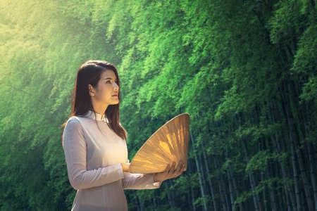 Belle femme avec la culture traditionnelle du Vietnam, style vintage Banque d'images