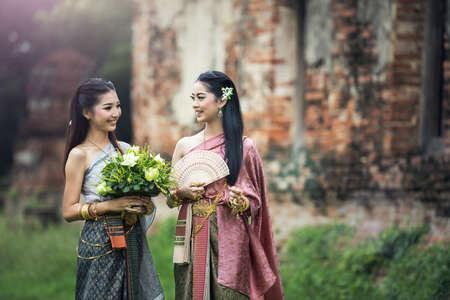 Donna asiatica che indossa un abito tailandese tipico (tradizionale), abbigliamento tailandese originale vintage, cultura dell'identità della Thailandia