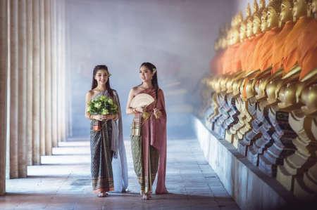 Schönes thailändisches Mädchen im thailändischen Tracht
