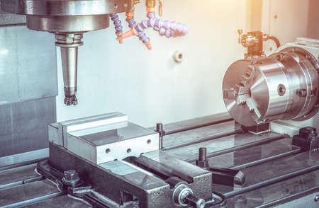 Lavorazione del centro di lavoro CNC ad alta precisione, lavorazione dell'operatore del processo di parti di campioni automobilistici in una fabbrica industriale Archivio Fotografico
