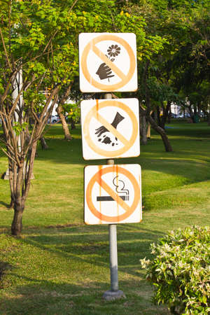 needless: Do not throw rubbish sign in the park