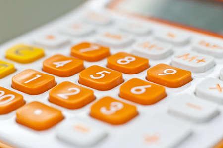 contabilidad financiera: Calculadora o una calculadora para ayudar a los colores sólidos y vivos Foto de archivo