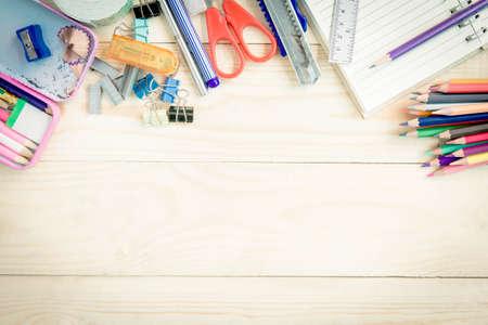 utiles escolares: Escuela y útiles de oficina en el fondo de madera. De vuelta a la escuela.