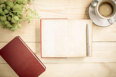 papel de notas: Abra el diario port�til en mesa de madera con caf�. Estilo vintage.