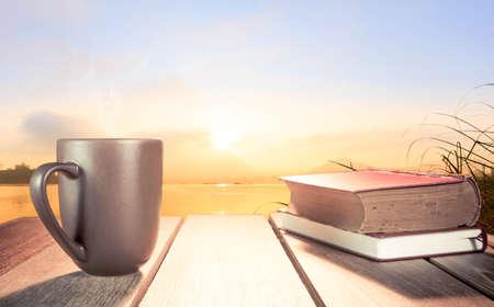Matin tasse de café avec le fond de la rivière au lever du soleil. Banque d'images - 43651597