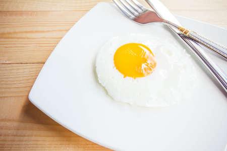 huevos estrellados: Huevos fritos en un plato Foto de archivo