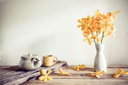 objeto: Tetera y flor, la decoración del hogar concepto Foto de archivo
