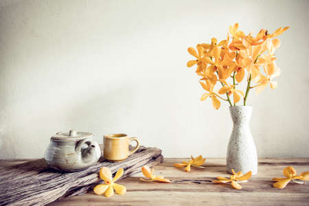 Theepot en bloemen, home decoration begrip Stockfoto