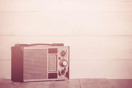 transistor: Antiguo radio de transistores en el fondo de madera, hecho con filtros de color, enfoque borroso. Estilo retro.