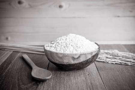 arroz: arroz jazm�n tailand�s en la copa de cer�mica y cuchara de madera - foco suave