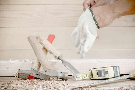 carpintero: herramientas de carpintero en la mesa de madera de pino.