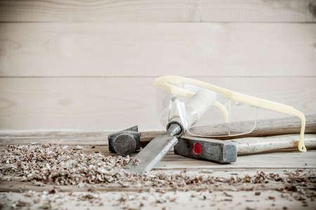 equipos: herramientas de carpintero en la mesa de madera de pino.