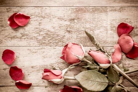 Roses et un coeurs sur planche de bois, Valentin fond Vintage Style. Banque d'images - 51004774
