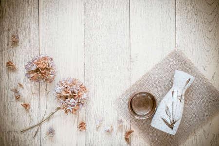 Tasse de saké japonais traditionnel et la bouteille sur un fond en bois Banque d'images - 52450976