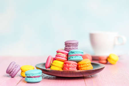 papel filtro: French macarons on pink wooden background. vintage style.