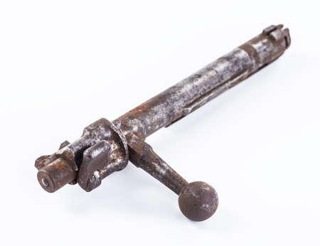 gatillo: elemento para el mecanismo de disparo del rifle militar sobre un fondo blanco Foto de archivo