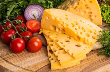チーズ ボード - vaus タイプのソフトとハードのチーズ。乳製品料理。 写真素材