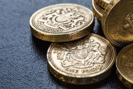 sterlina: monete britanniche impilano su nero, sterlina