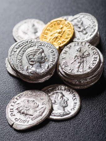monedas antiguas: Moneda antigua del Imperio Romano. Foto de archivo