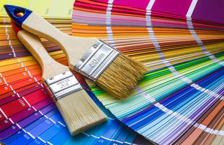 Peintre et décorateur table de travail avec projet de maison, nuanciers, rouleau à peinture et pinceaux Banque d'images - 70321598